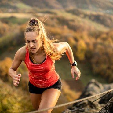 Sportive pratiquant le trail en montagne