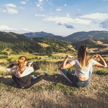 C'est la nouveauté de l'automne 2021 à Valberg, le sentier yoga et montagne. La marche et le yoga, deux disciplines sportives en plein essor avec de nombreux bienfaits physiques et psychiques. Pour nous en parler cette semaine, Camille Dacher, chargée de communication dans la station.